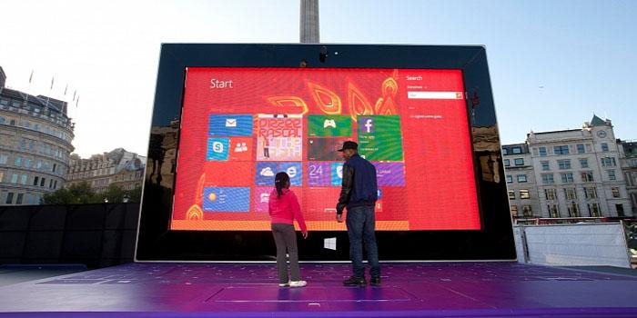 Tablet Super Besar milik Microsoft yang dipamerkan di Trafalgar Square  London